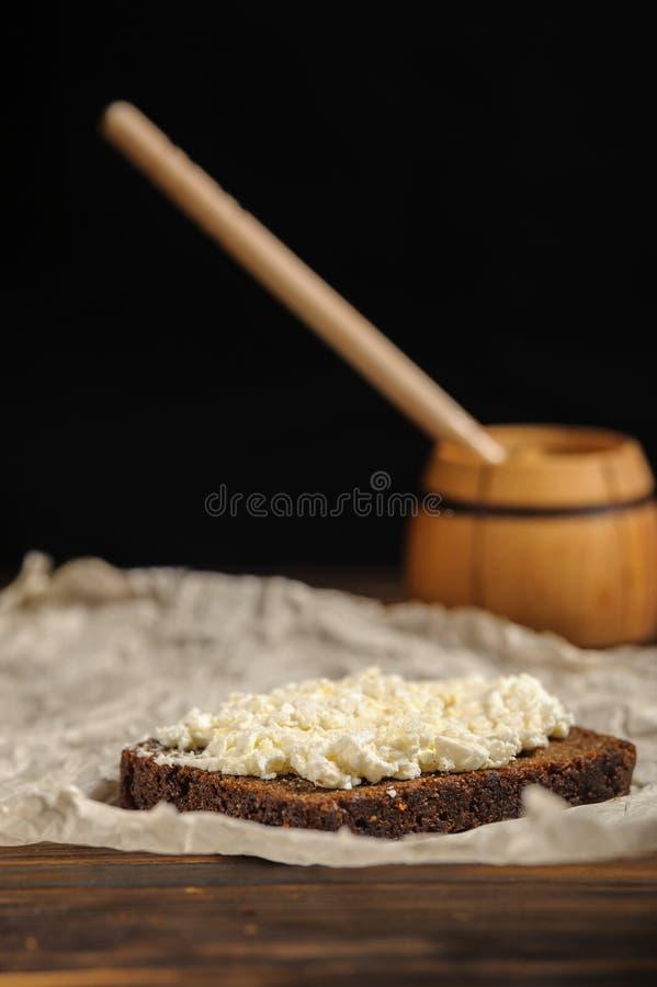 Le cuisinier verse le miel sur le pain photos libres de droits