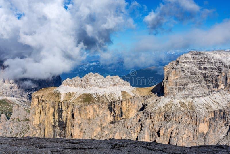Le culot Pordoi est un soulagement des dolomites, dans le groupe de Sella, l'Italie photos stock