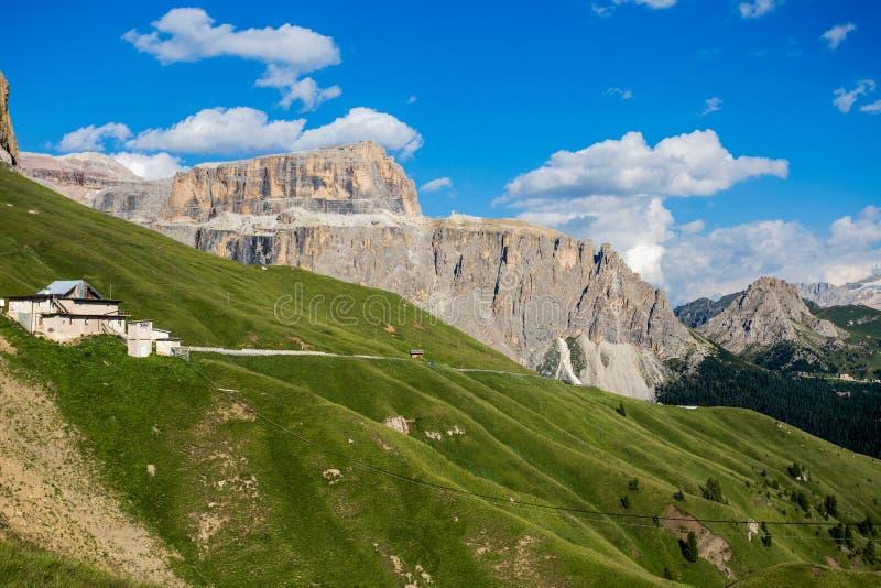 Le culot Pordoi est un soulagement des dolomites, dans le groupe montagneux de Sella, province de Trento, Italie photo stock