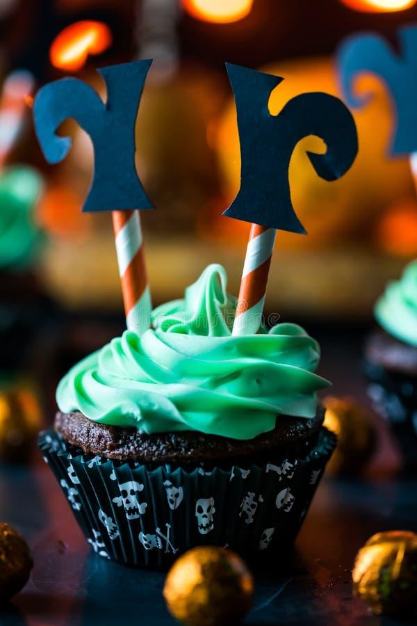 Le cupcake de sorcière pour Halloween image libre de droits