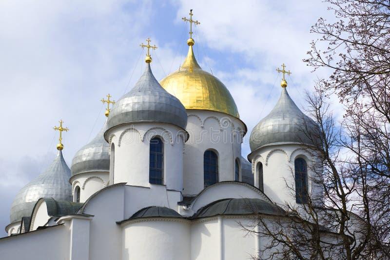 Le cupole del primo piano della st Sophia Cathedral sui precedenti del cielo nuvoloso Veliky Novgorod fotografie stock