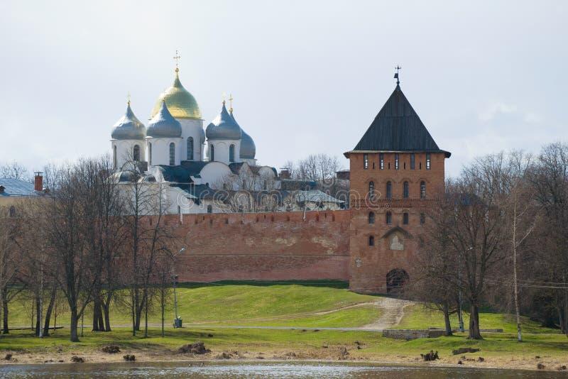 Le cupole della st Sophia Cathedral e Vladimir Tower, giorno di aprile Cremlino di Veliky Novgorod, Russia fotografia stock