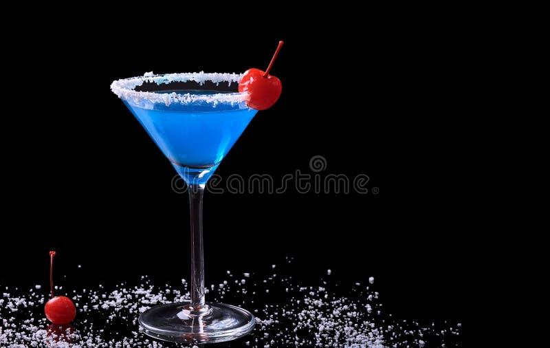 Le Curaçao bleu avec la cerise de noix de coco et de Maraschino photographie stock libre de droits