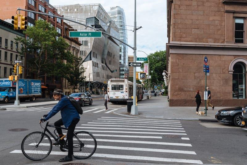 Le cycliste attend la rue de croisement à New York City image libre de droits