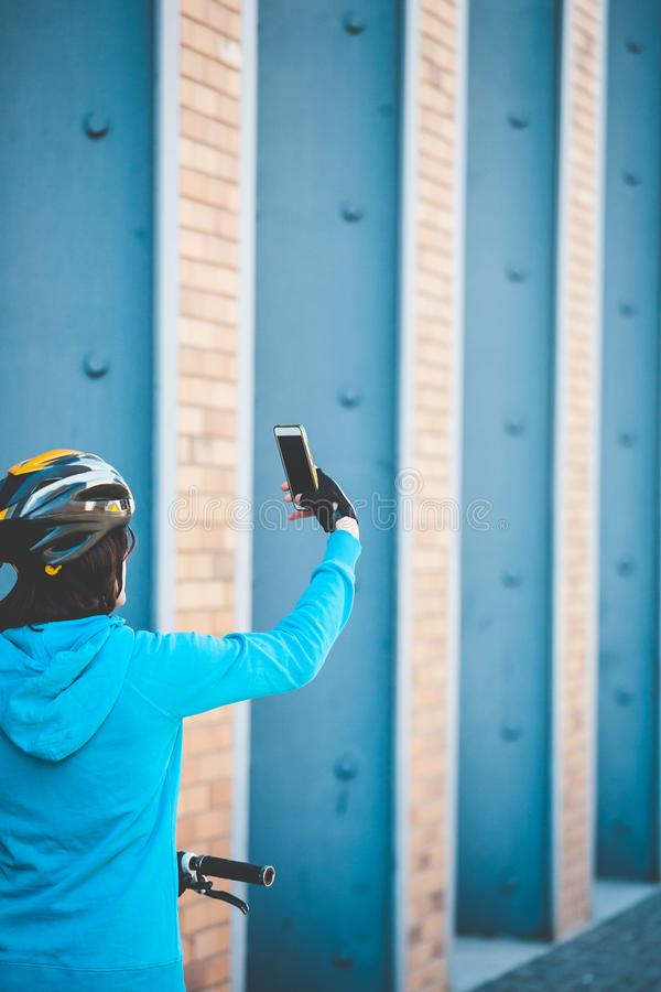 Le cycliste fait le selfie sur une rue de ville photographie stock