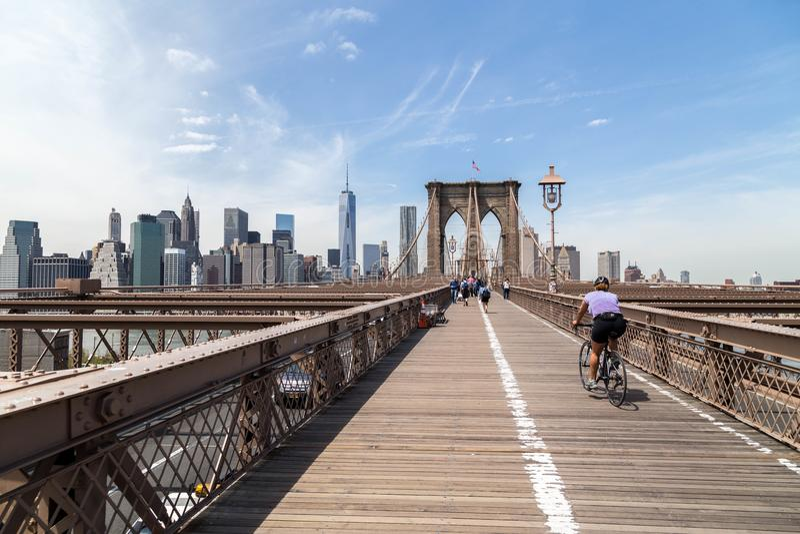 Le cycliste monte à travers le pont de Brooklyn à New York photographie stock libre de droits