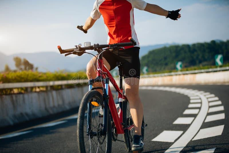 Le cycliste monte un vélo de emballage sur la route photos libres de droits