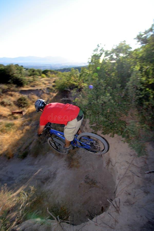 Le cycliste saute l'intervalle extrême photo libre de droits