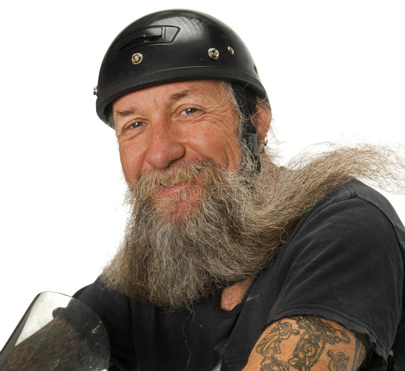 Le cycliste sourit pendant que le vent souffle par sa barbe