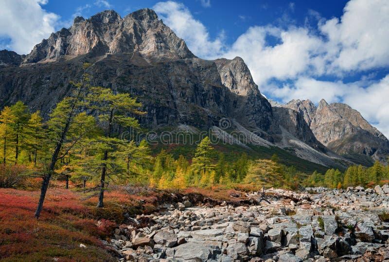Le début de l'automne dans les montagnes de Kodar image stock