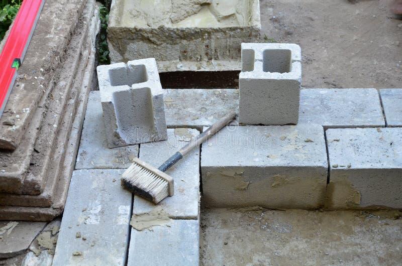 Le début de la construction du mur du bâtiment économique du bloc de cendre, un épais en pierre photos stock