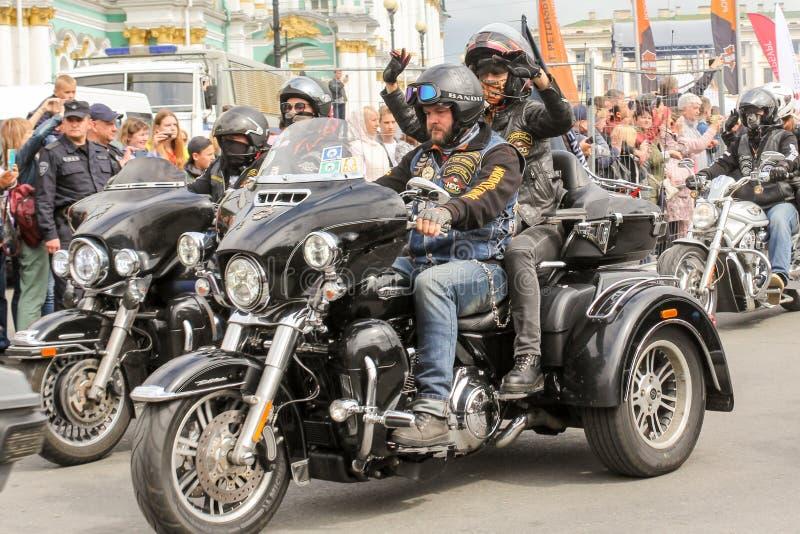 Le début du mouvement des motos après le début photos libres de droits