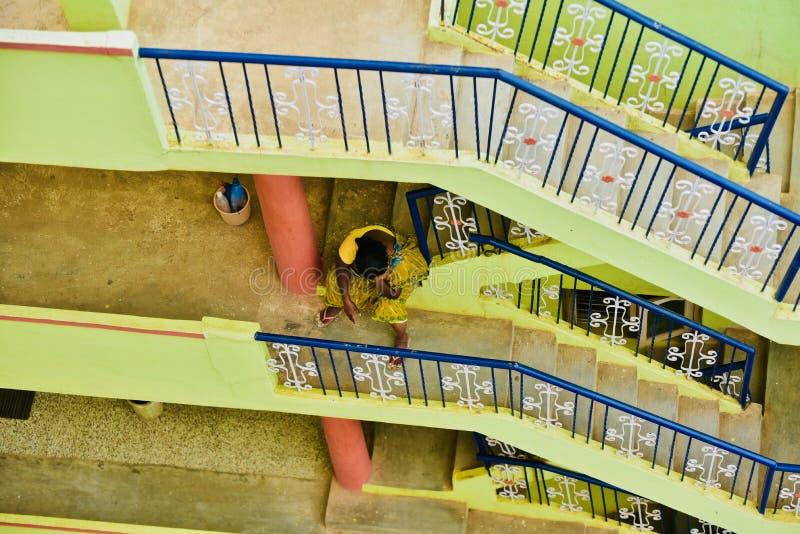 Le décapant indien se repose entre les escaliers d'une maison images libres de droits