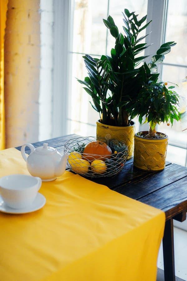 Le décor de la table de salle à manger dans un appartement moderne photos libres de droits