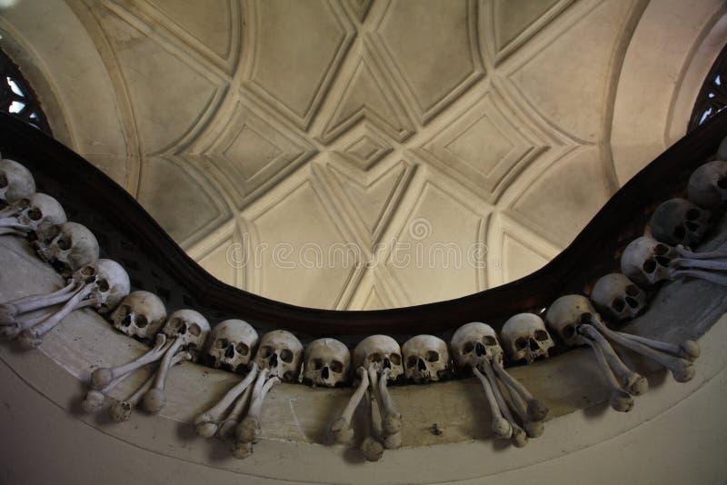 Le décor des crânes et des os humains dans un ossuaire du gothique de l'église de cimetière de tous les saints dans Kutna-Hora, R photos libres de droits
