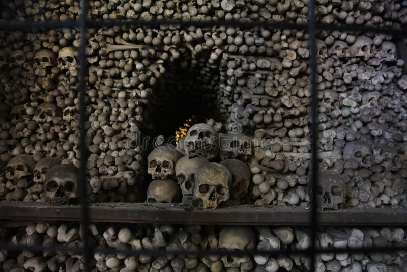 Le décor des crânes et des os humains dans un ossuaire du gothique de l'église de cimetière de tous les saints dans Kutna-Hora, R photo libre de droits