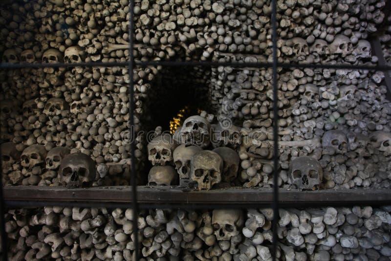 Le décor des crânes et des os humains dans un ossuaire du gothique de l'église de cimetière de tous les saints dans Kutna-Hora, R images stock