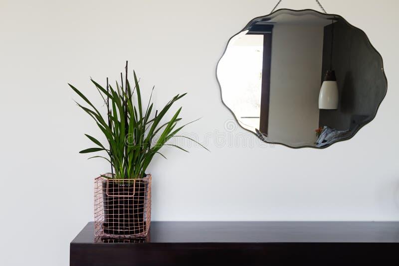 Le décor intérieur à la maison détaille le casier métallique et le miroir de câblage cuivre image libre de droits
