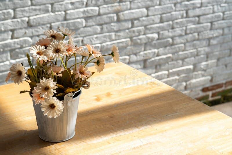 Le décor intérieur à la maison a séché le fond de vacances de fleurs, l'espace de copie photo libre de droits