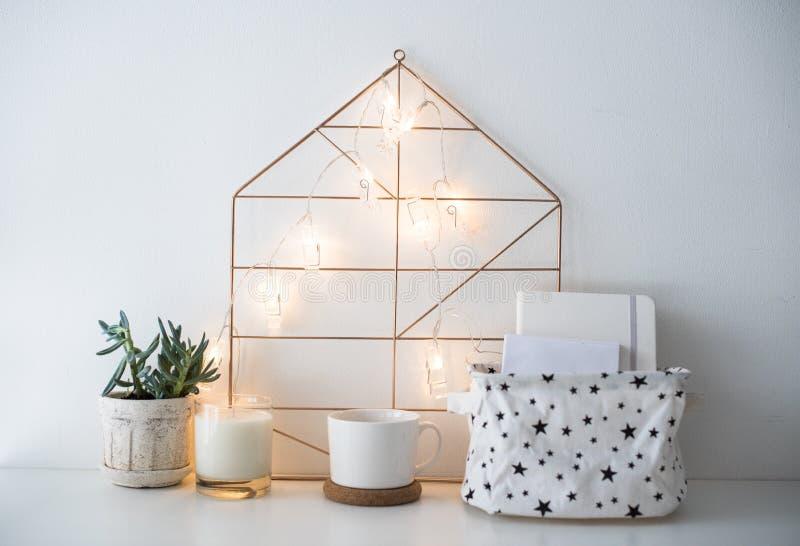 Le décor, la boîte de rangement et la ficelle à la maison scandinaves minimalistes s'allument photographie stock libre de droits