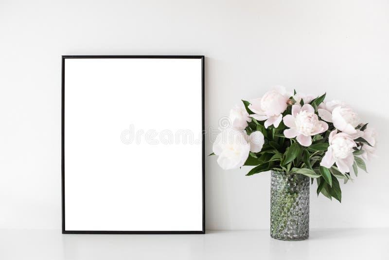 Le décor scandinave de grenier de maison de style avec la pivoine fleurit photographie stock libre de droits