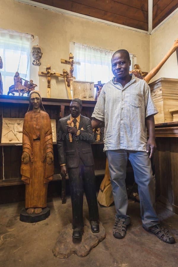 Artiste en bois de sculpteur de Mandela photographie stock