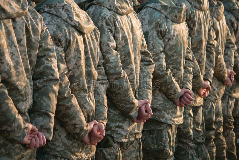Le défilé d'armée, rangée uniforme militaire de soldat marchent image stock