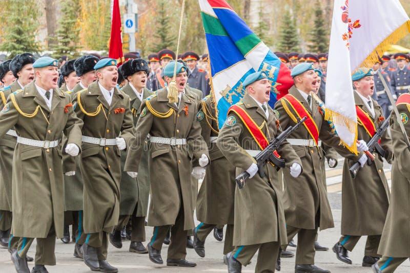 Le défilé de corps de cadet par la place image stock