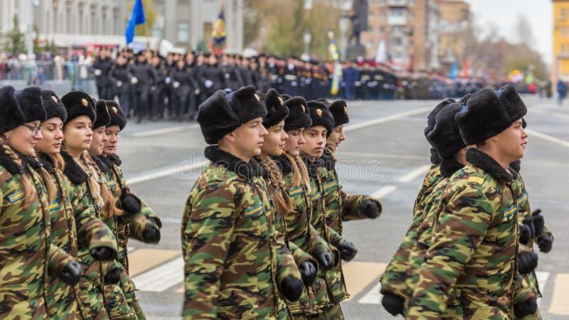 Le défilé de corps de cadet par la place photographie stock