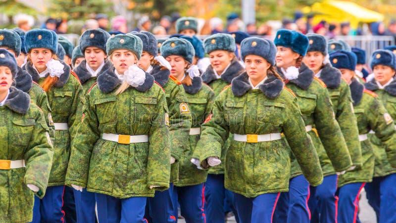 Le défilé de corps de cadet par la place photos libres de droits