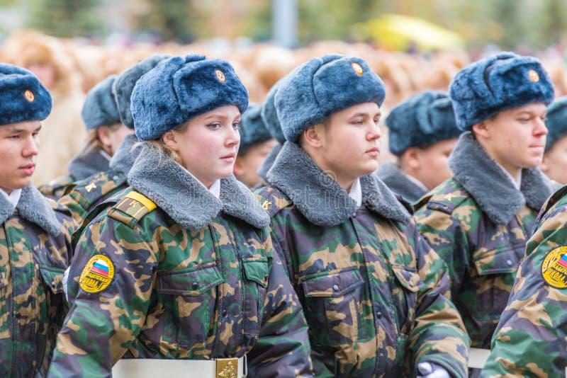 Le défilé de corps de cadet par la place photo stock