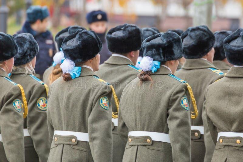Le défilé de corps de cadet par la place photos stock