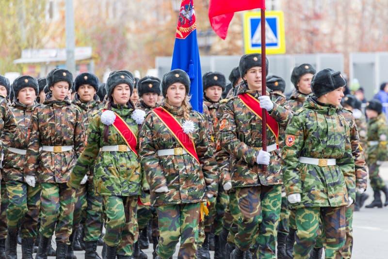 Le défilé de corps de cadet par la place images stock