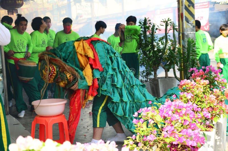 Le défilé de danse de lion prient un dieu dans le jour passé de la célébration chinoise de nouvelle année images libres de droits