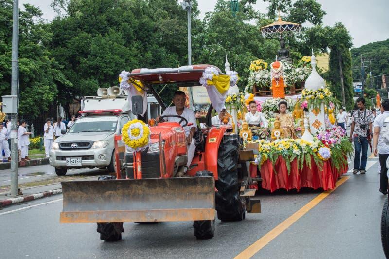 Le défilé de festival de bougie a défilé autour de la ville de Chiang Rai photographie stock libre de droits