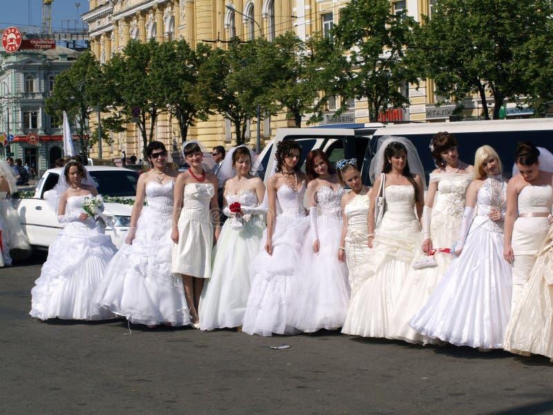 Le défilé des fiancées est à Kharkov (Ukraine) image libre de droits