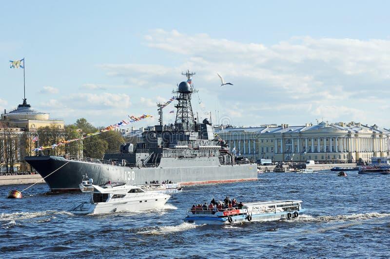 Le défilé des navires de guerre photographie stock libre de droits