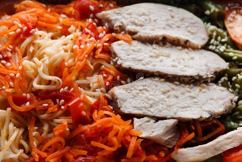 Le déjeuner sain emportent Suivez un régime le concept La dinde cuite à la vapeur avec garnissent et des légumes images stock
