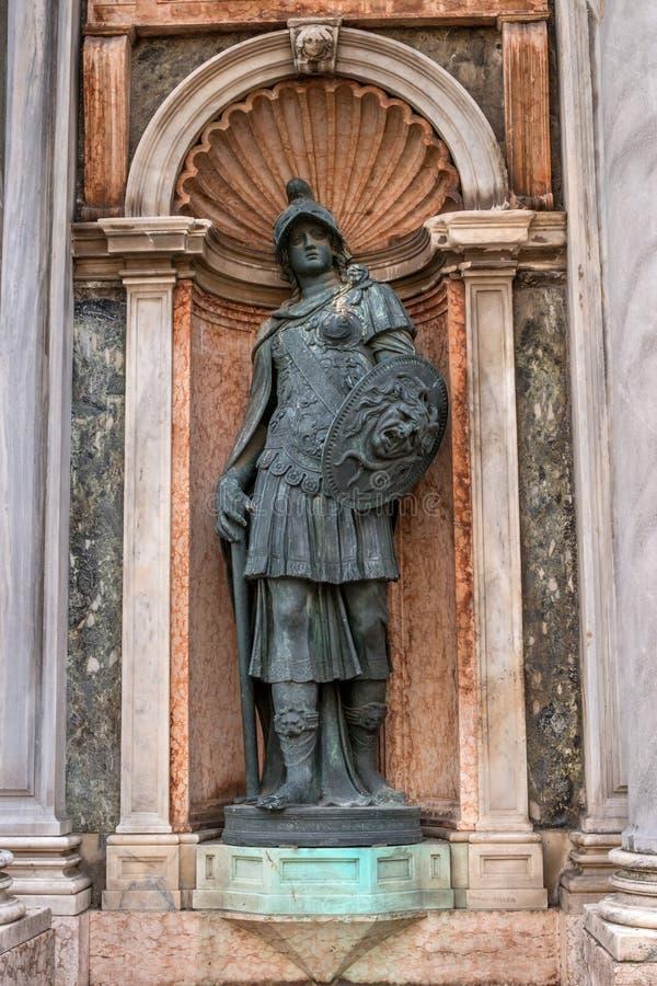 Le détail architectural, une sculpture orne l'entrée au campanile di San Marco - tour de cloche de marque Italie de saint photographie stock
