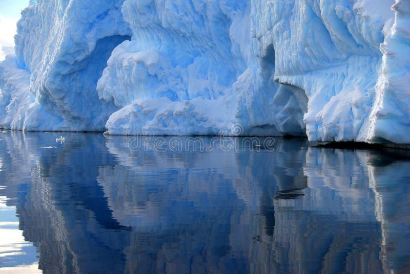 Le détail d'iceberg s'est reflété en mer images libres de droits