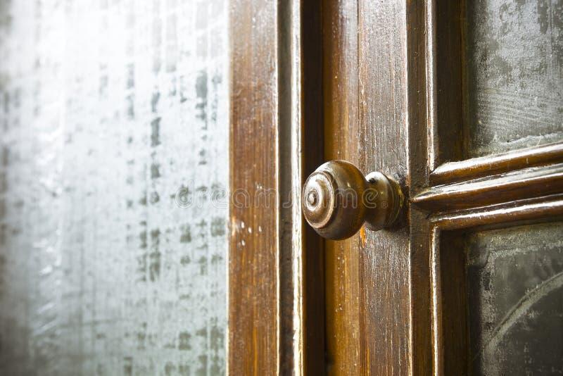 Le détail d'un vieux bouton a tourné - de vieux meubles de la Toscane - l'Italie en bois, 19ème siècle photographie stock