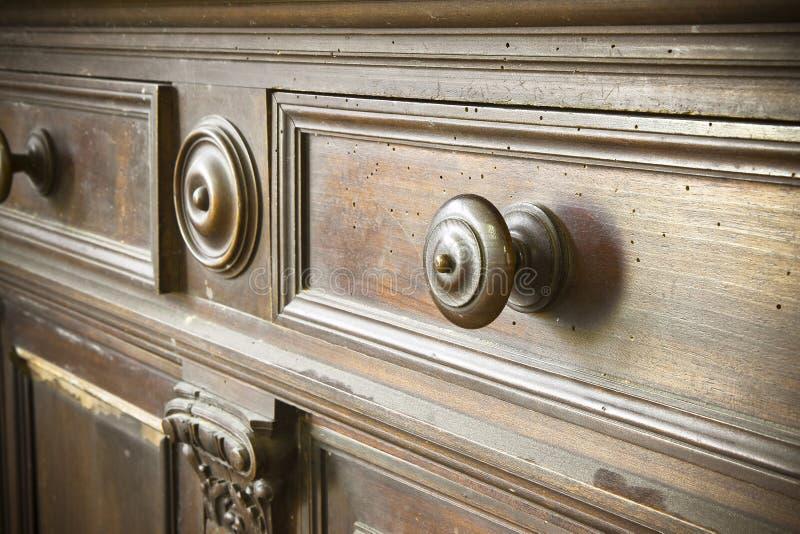 Le détail d'un vieux bouton a tourné - de vieux meubles de la Toscane - l'Italie en bois, 19ème siècle images libres de droits