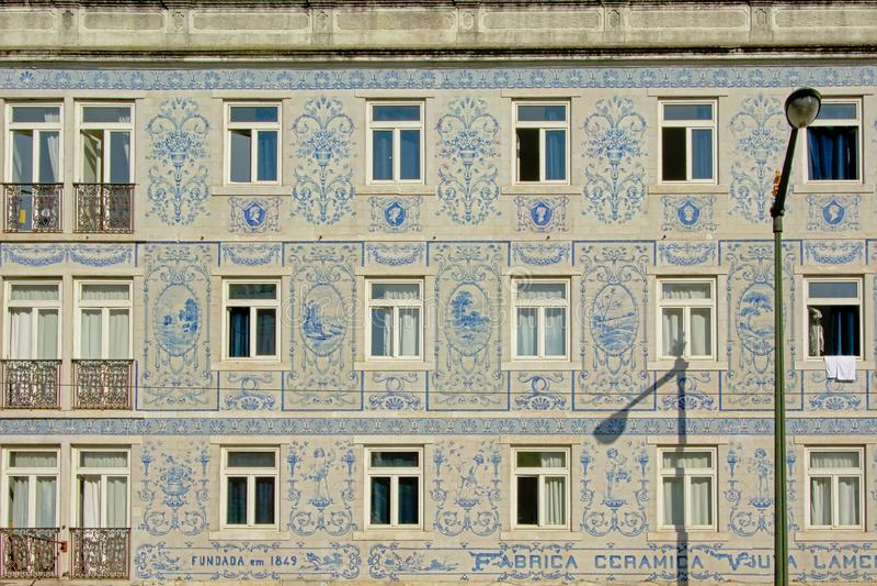 Le détail d'une maison typique à Lisbonne a décoré des azulejos photo libre de droits