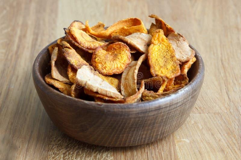 Le détail de la carotte et du panais frits ébrèche dans la cuvette en bois rustique photo stock