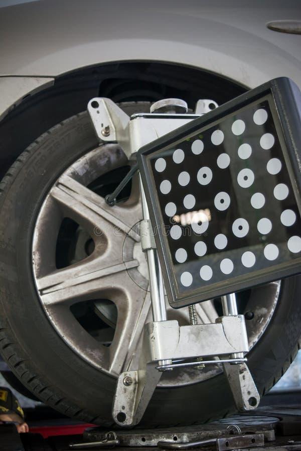 le détail de la machine-outil d'alignement des roues a monté sur une roue images libres de droits