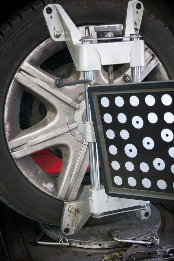 le détail de la machine-outil d'alignement des roues a monté sur une roue photos libres de droits