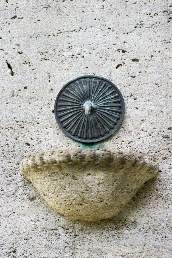 Le détail de la vieille fontaine en parc public a appelé Merwesteinpark dans Dordrecht, Hollande images libres de droits