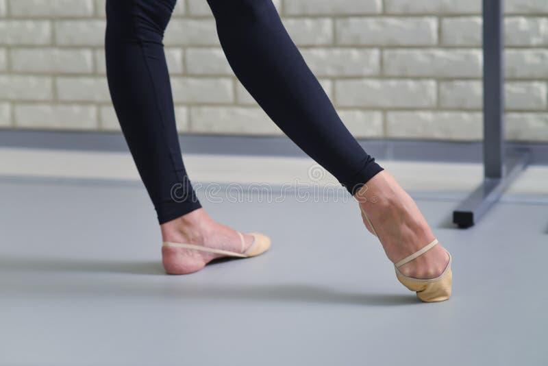 Le détail des pieds de danseurs classiques, se ferment des chaussures de pointe images libres de droits