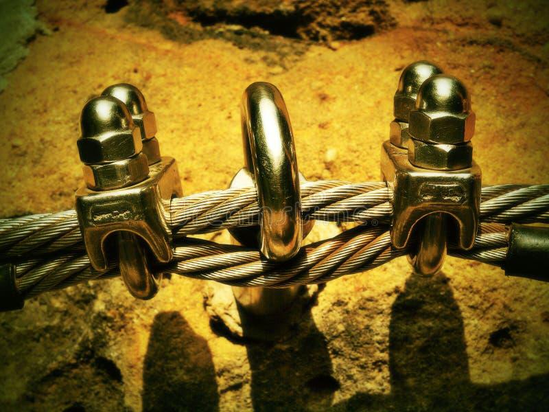 Le détail des vis de chrome cassent des crochets et des canons isolants et derrière la corde Repassez la corde tordue fixe ensemb photos stock