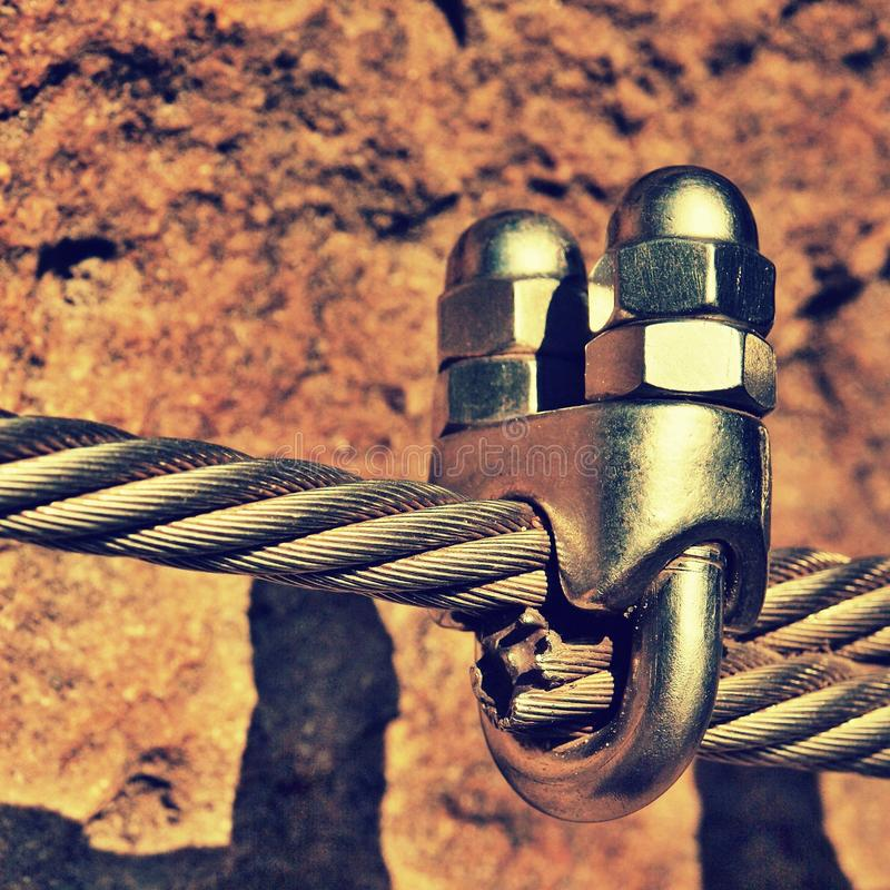 Le détail des vis de chrome cassent des crochets et des canons isolants et derrière la corde Repassez la corde tordue fixe ensemb photos libres de droits